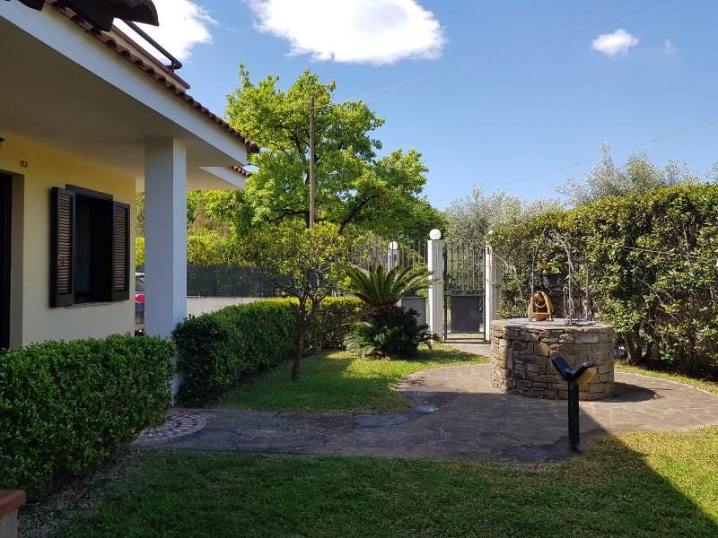 Villa su due livelli con giardino rif. 6104